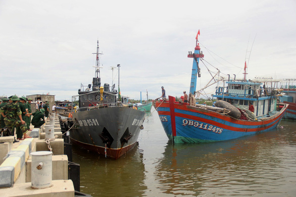 Tàu 14 ngư dân gặp nạn gần tâm bão số 4 được dắt về cảng - Ảnh 1.