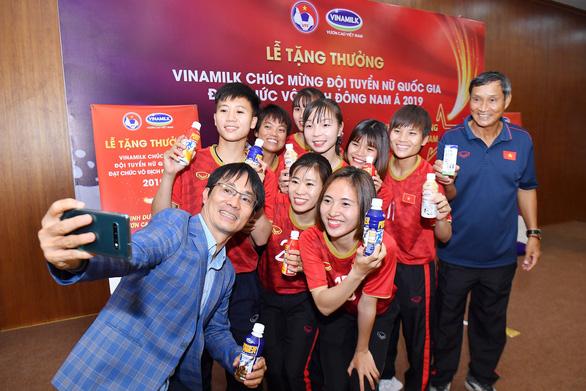 Vinamilk trao thưởng 1 tỉ đồng cho đội tuyển nữ Việt Nam - Ảnh 2.