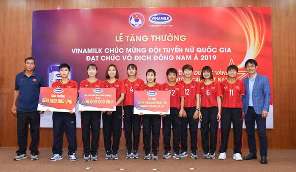 Vinamilk trao thưởng 1 tỉ đồng cho đội tuyển nữ Việt Nam - Ảnh 1.