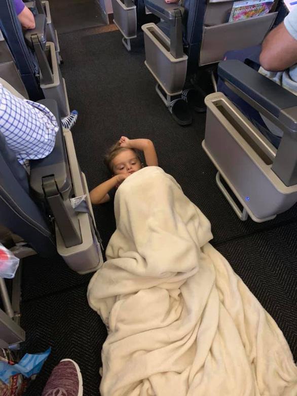 Chuyện bất ngờ xúc động khi một cậu bé tự kỷ quậy tưng chuyến bay - Ảnh 1.