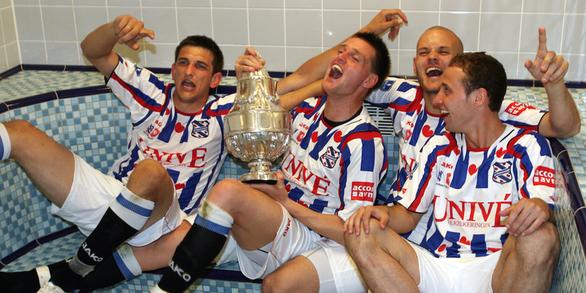 SC Heerenveen: Nơi chắp cánh cho Nistelrooy và hay dùng cầu thủ trẻ như Văn Hậu - Ảnh 1.