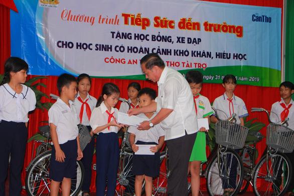 1 triệu đồng học bổng, chiếc xe đạp và niềm vui của học trò nghèo Cần Thơ - Ảnh 1.