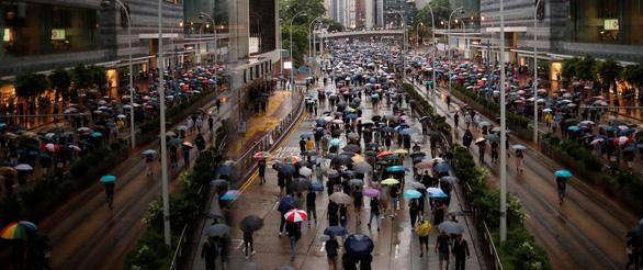 Hong Kong bắt 3 nghị sĩ chống đối chính quyền - Ảnh 1.