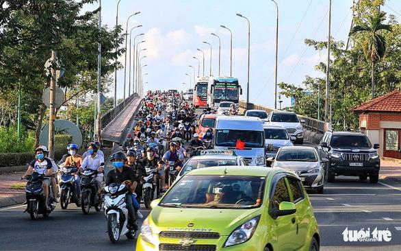 Đường về miền Tây tăng 200%, đi miền Đông vắng vẻ, Tân Sơn Nhất thông thoáng - Ảnh 1.