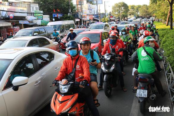 Đường về miền Tây tăng 200%, đi miền Đông vắng vẻ, Tân Sơn Nhất thông thoáng - Ảnh 10.