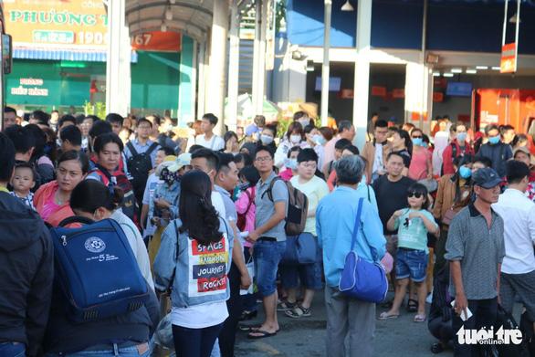Đường về miền Tây tăng 200%, đi miền Đông vắng vẻ, Tân Sơn Nhất thông thoáng - Ảnh 4.