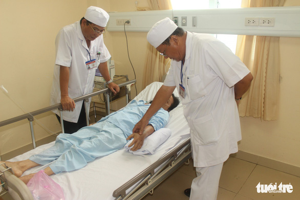 Cứu sống bệnh nhân vừa bị rắn lục đuôi đỏ cắn, vừa đau ruột thừa - Ảnh 1.