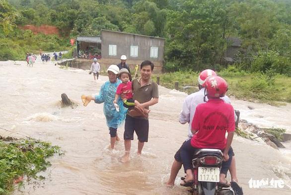 3 giờ giải cứu bốn nam thanh niên mắc kẹt giữa sông do lũ dữ - Ảnh 2.