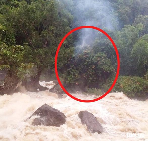 3 giờ giải cứu bốn nam thanh niên mắc kẹt giữa sông do lũ dữ - Ảnh 1.