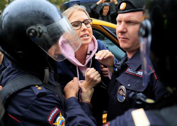 Biểu tình phản đối ở Nga, người xem đông hơn người xuống đường - Ảnh 4.