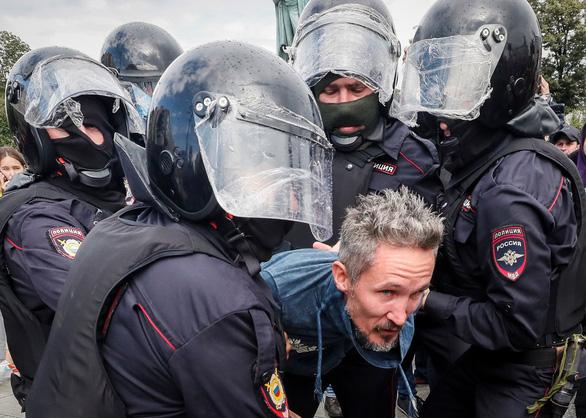Biểu tình phản đối ở Nga, người xem đông hơn người xuống đường - Ảnh 1.