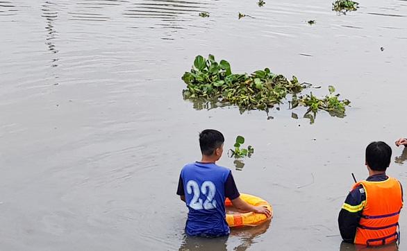 Thanh niên nghi ngáo đá nhảy xuống sông mất tích - Ảnh 1.