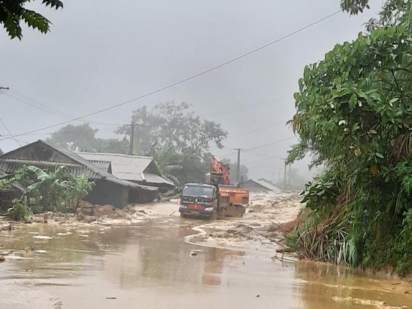 Trưởng công an xã bị đất đá vùi khi đi chỉ đạo khắc phục hậu quả mưa lũ - Ảnh 1.