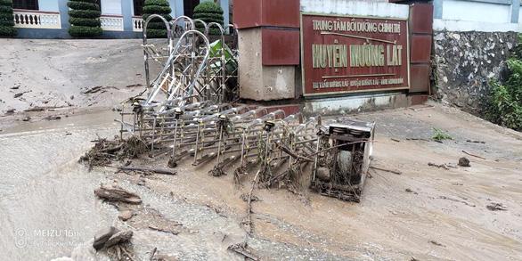 Trưởng công an xã bị đất đá vùi khi đi chỉ đạo khắc phục hậu quả mưa lũ - Ảnh 2.