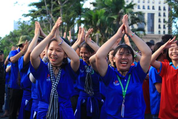 Hơn 5.000 người đi bộ tiếp sức đến trường - Ảnh 9.