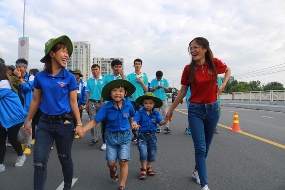 Hơn 5.000 người đi bộ tiếp sức đến trường - Ảnh 12.