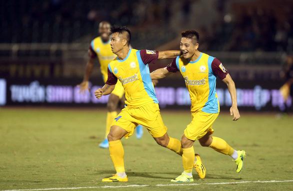 Thua đội chót bảng Sanna Khánh Hòa, TP.HCM mất ngôi đầu bảng V-League 2019 - Ảnh 3.