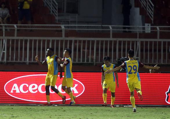 Thua đội chót bảng Sanna Khánh Hòa, TP.HCM mất ngôi đầu bảng V-League 2019 - Ảnh 4.