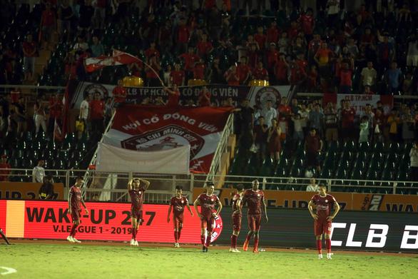 Thua đội chót bảng Sanna Khánh Hòa, TP.HCM mất ngôi đầu bảng V-League 2019 - Ảnh 1.