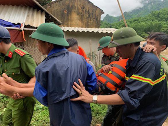 Vượt lũ, băng rừng tìm kiếm 11 người vẫn đang mất tích do mưa lũ - Ảnh 2.
