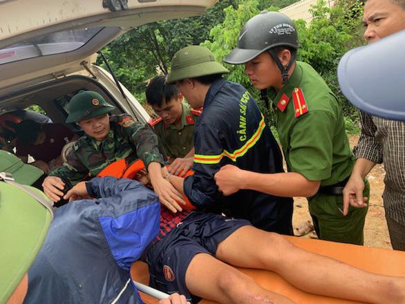 Vượt lũ, băng rừng tìm kiếm 11 người vẫn đang mất tích do mưa lũ - Ảnh 1.