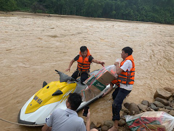Vượt lũ, băng rừng tìm kiếm 11 người vẫn đang mất tích do mưa lũ - Ảnh 4.