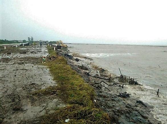 Nguy cơ vỡ đê biển Tây ở Cà Mau đang rất cao - Ảnh 1.