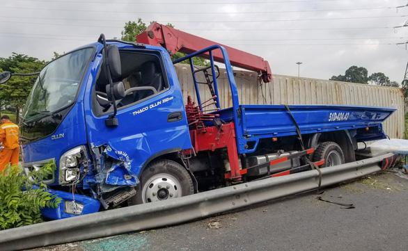Thùng container lật, rơi trúng xe tải, tài xế may mắn thoát chết - Ảnh 2.