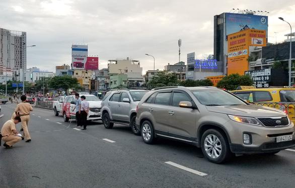 3 ôtô tông nhau trên cầu vượt Hàng Xanh, xe cộ kẹt cứng - Ảnh 1.