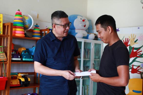 Hỗ trợ 10 triệu đồng cho tủ thực phẩm miễn phí hai bệnh viện ở Đà Nẵng - Ảnh 1.