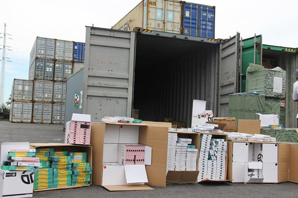 Nguyên 1 container phụ kiện điện thoại nhập từ Trung Quốc ghi  Made in Việt Nam - Ảnh 1.