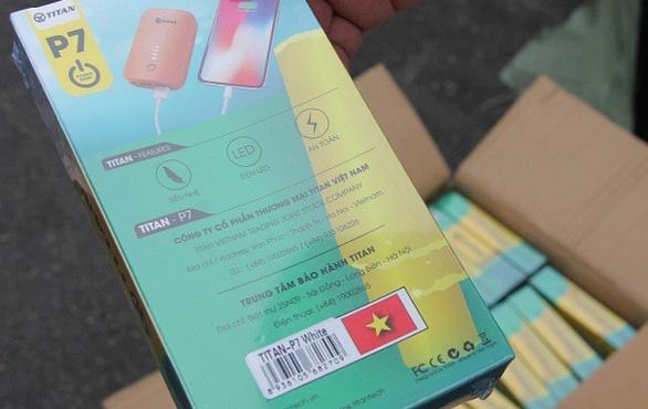 Nguyên 1 container phụ kiện điện thoại nhập từ Trung Quốc ghi  Made in Việt Nam - Ảnh 3.