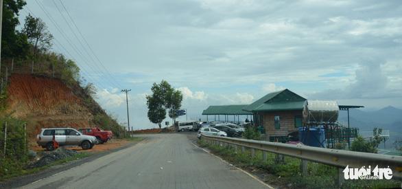 San ủi đất rừng, lấn chiếm hành lang đường bộ để lập trạm dừng chân - Ảnh 4.