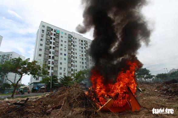 Đốt rác giữa chung cư, khói đen bay rợp trời - Ảnh 2.