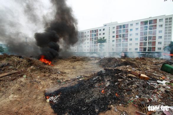 Đốt rác giữa chung cư, khói đen bay rợp trời - Ảnh 3.