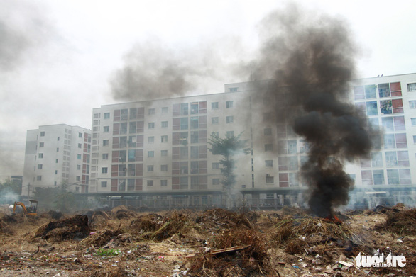 Đốt rác giữa chung cư, khói đen bay rợp trời - Ảnh 4.
