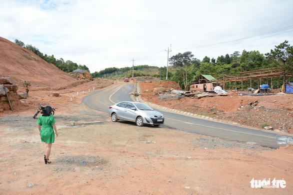 San ủi đất rừng, lấn chiếm hành lang đường bộ để lập trạm dừng chân - Ảnh 6.