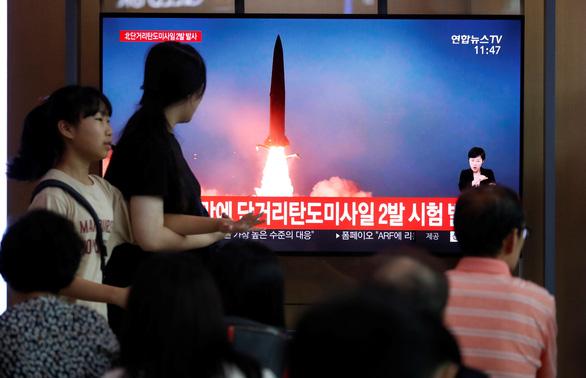 Triều Tiên tiếp tục phóng hai vật thể vào vùng biển Nhật Bản, dọa sẽ tìm con đường mới - Ảnh 1.