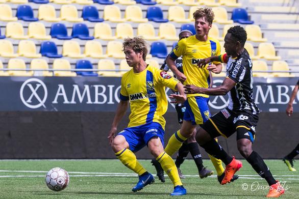 Video Công Phượng đi bóng như... Messi rồi kiến tạo cho đồng đội ghi bàn ở Sint-Truidense - Ảnh 6.