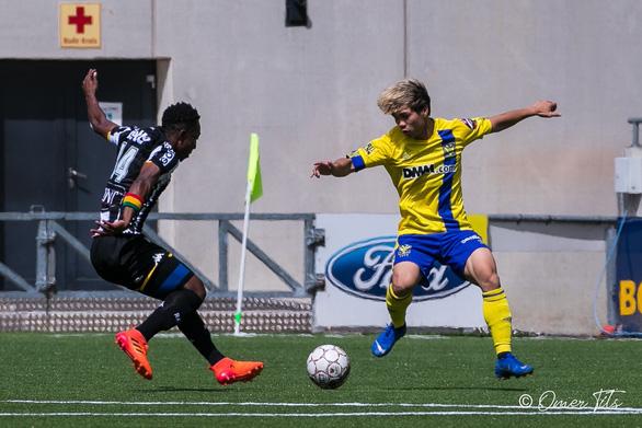 Video Công Phượng đi bóng như... Messi rồi kiến tạo cho đồng đội ghi bàn ở Sint-Truidense - Ảnh 3.