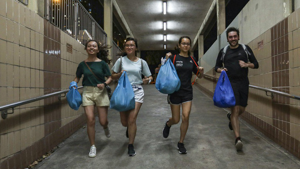 Bạn trẻ Hong Kong chạy bộ, gom bánh cuối ngày làm từ thiện - Ảnh 2.