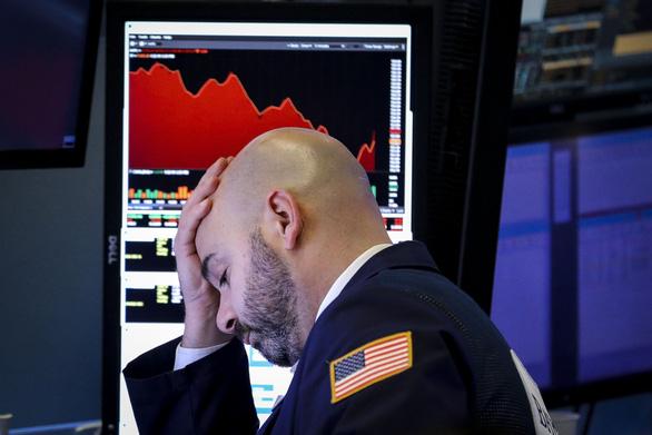 Chỉ trong 4 ngày, chứng khoán Mỹ 'bốc hơi' hơn 1.400 tỉ USD - Ảnh 1.