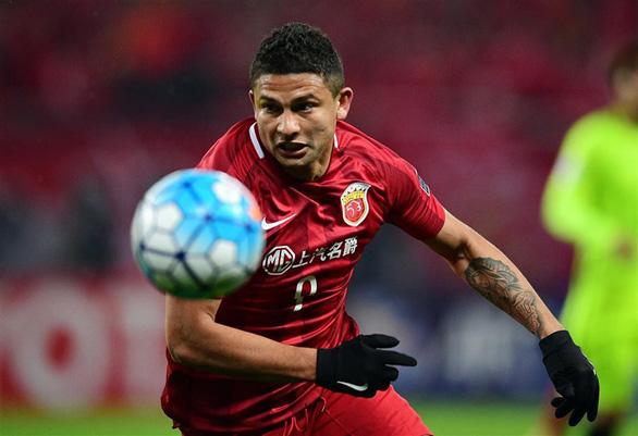 CĐV Trung Quốc giận dữ vì HLV Lippi gọi 2 cầu thủ ngoại vào đội tuyển quốc gia - Ảnh 1.