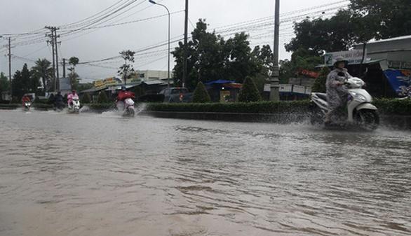Phú Quốc lại mưa lớn, ngập sâu trong sáng 6-8 - Ảnh 1.