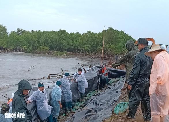 Cà Mau ban bố tình huống khẩn cấp hộ đê biển Tây - Ảnh 1.