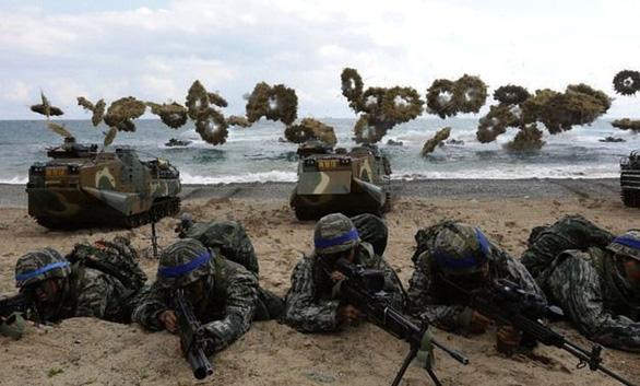 Triều Tiên tiếp tục phóng hai vật thể vào vùng biển Nhật Bản, dọa sẽ tìm con đường mới - Ảnh 2.