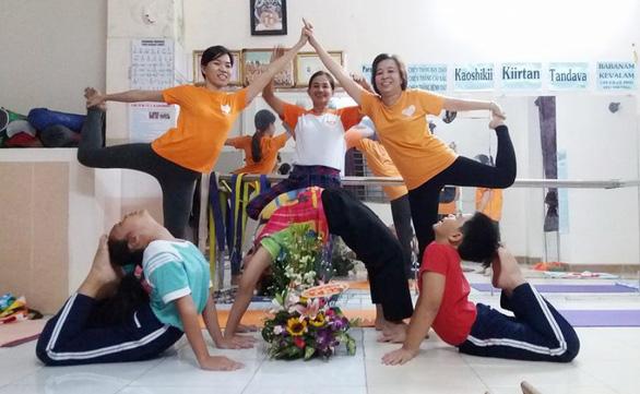 Lấy lại niềm vui cuộc sống nhờ yoga - Ảnh 1.