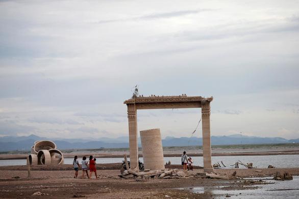 Ngôi chùa 20 năm chìm dưới nước bất ngờ hiện ra vì... hạn hán - Ảnh 2.