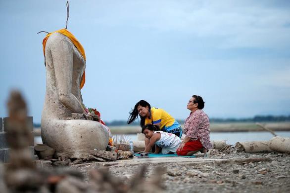 Ngôi chùa 20 năm chìm dưới nước bất ngờ hiện ra vì... hạn hán - Ảnh 1.