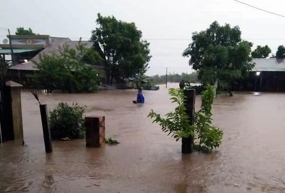 Mưa to kéo dài, hàng trăm ngôi nhà ở huyện biên giới Ea Súp bị ngập chìm - Ảnh 2.